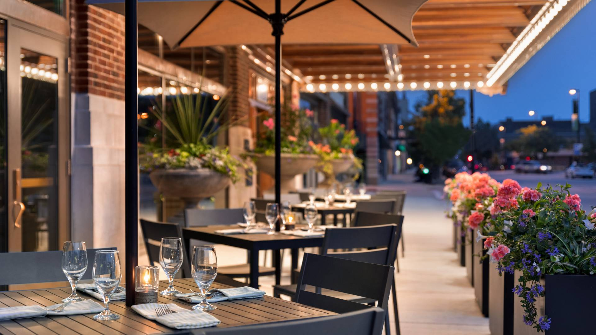The Green Bay food scene is thriving with classic Wisconsin supper clubs to trendy fine dining restaurants and everywhere in between. Enjoy patio dining or an intimate indoor meal and experience local cuisine!