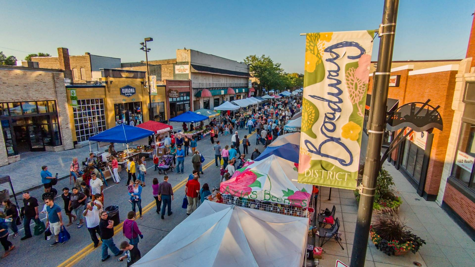 Whether you enjoy shopping from artisan vendors outdoors, buying locally grown produce, and eating and drinking Green Bay products, the area Farmers Markets are for you.